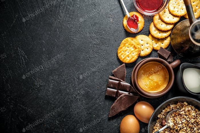 Frisches, appetitliches Frühstück auf dunklem Hintergrund