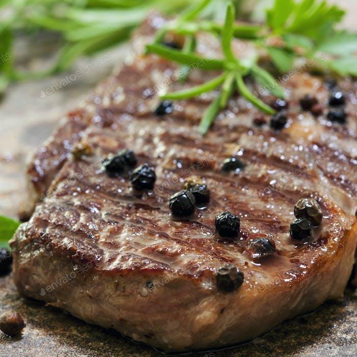 Gegrilltes Steak mit Pfefferkörnern