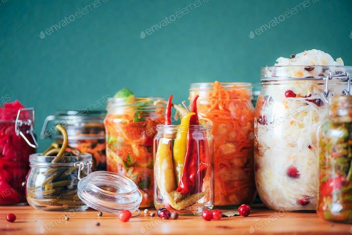 Probiotika Lebensmittelhintergrund. Koreanische Karotte, Kimchi, Rote Bete, Sauerkraut, eingelegte Gurken im Glas