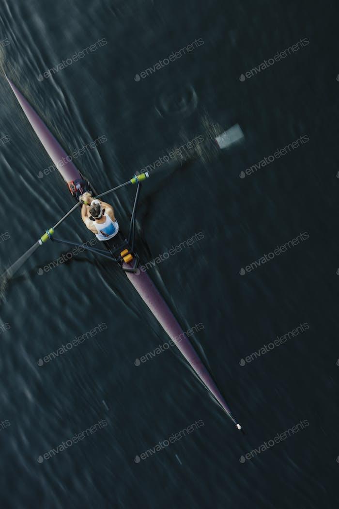 Vista desde arriba de un solo piloto de tripulación scull, Lake Union, Seattle, Washington, Estados Unidos.