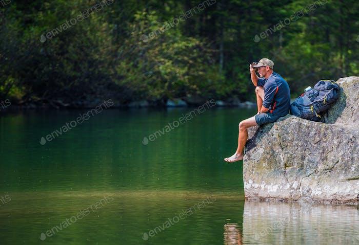 Randonneur pittoresque du sentier du lac
