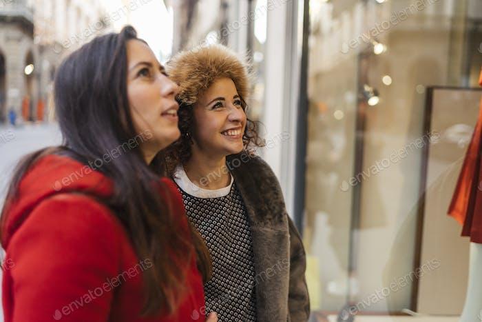 Feliz grupo femenino de amigos haciendo compras juntos