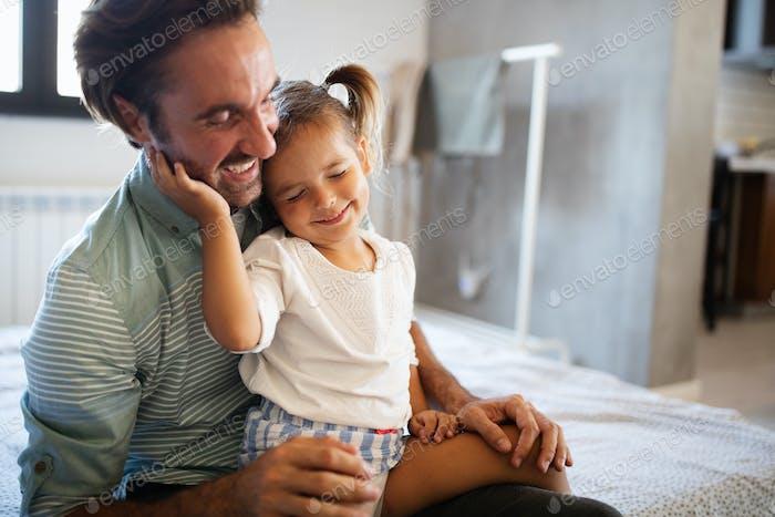 Glückliche, liebevolle Familie. Vater und seine Tochter Kind Mädchen spielen zusammen