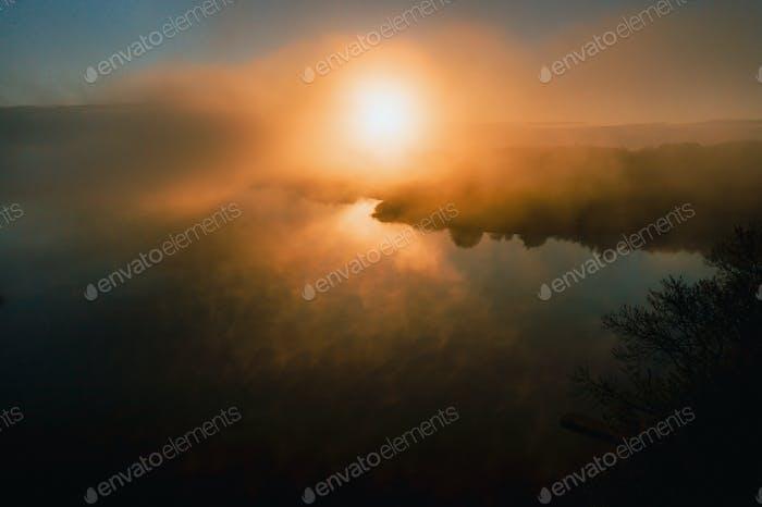 liebevolles Paar küssen auf dem See bei Sonnenuntergang. Schönes junges Paar in der Liebe zu Fuß am Ufer