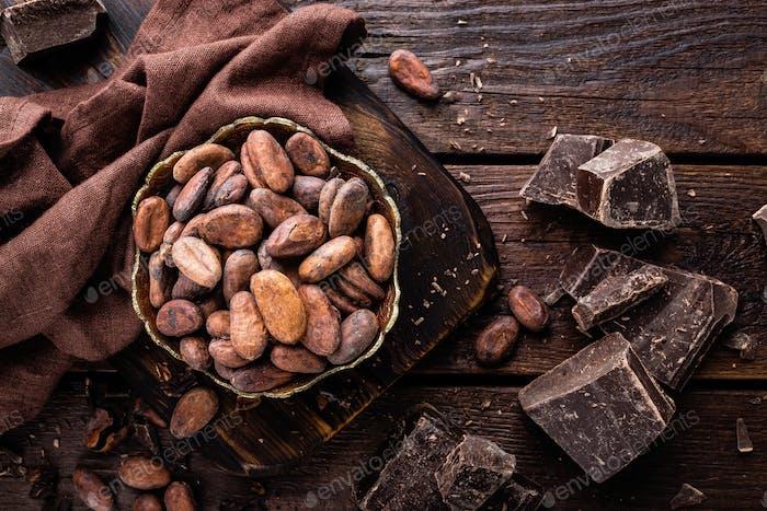 Granos de cacao y chocolate sobre Fondo de De madera
