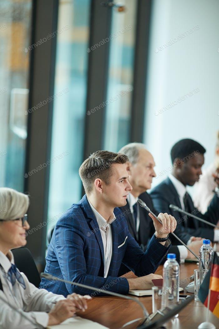 Geschäftsmann bei Pressekonferenz