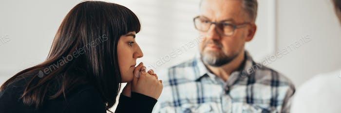 El  terapeuta puede ver cómo los adolescentes interactúan con sus compañeros.