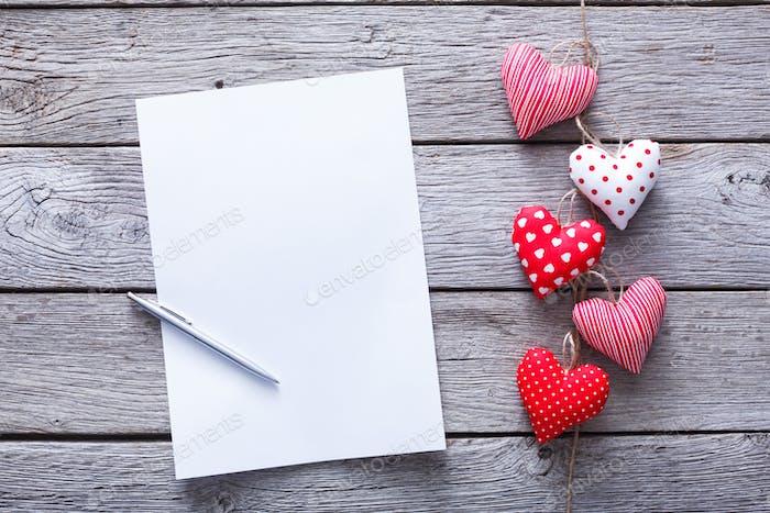 Valentinstag Buchstabenhintergrund, Herzbündel auf Holz