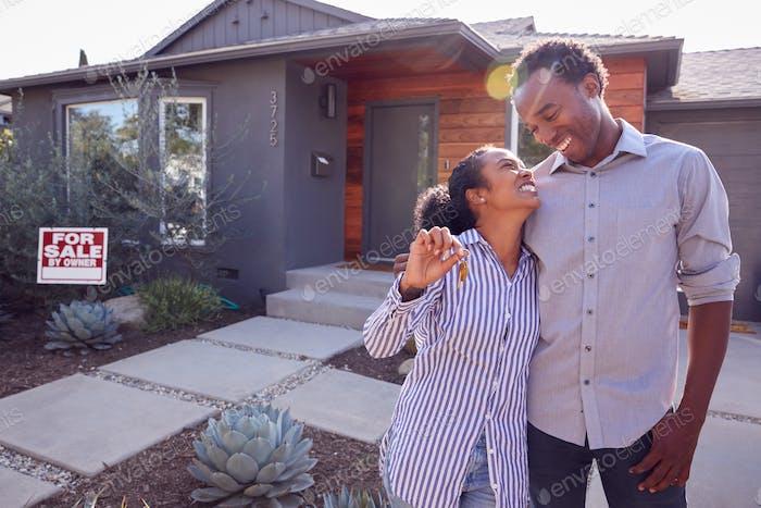 Lächelndes Paar Stehen Im Freien Vor Haus Mit Für Verkauf Anmelden Garten Mit Schlüssel