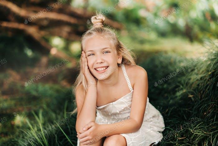 Летний портрет счастливой маленькой девочки на острове Маврикия.Красивая улыбка, лето белый