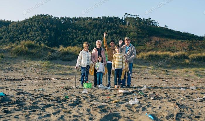 Freiwillige bereit den Strand zu säubern