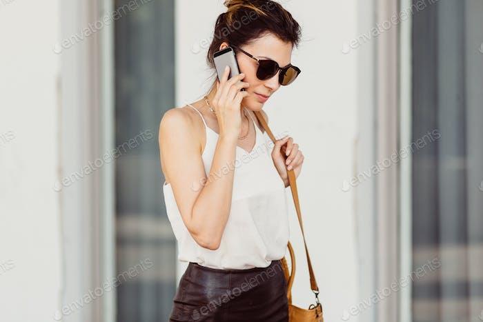 Mujer Negocios con teléfono Móvil