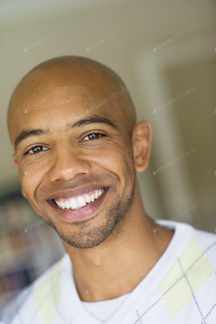 Портрет счастливого лысый мужчины дома