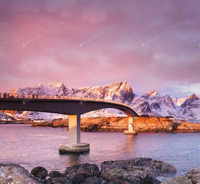 Brücke auf den Lofoten, Norwegen. Landschaft bei Sonnenuntergang
