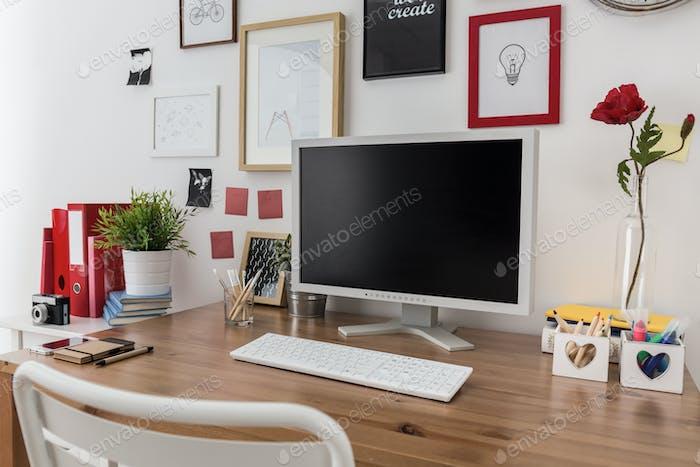 Desktop-Computer auf Holzschreibtisch