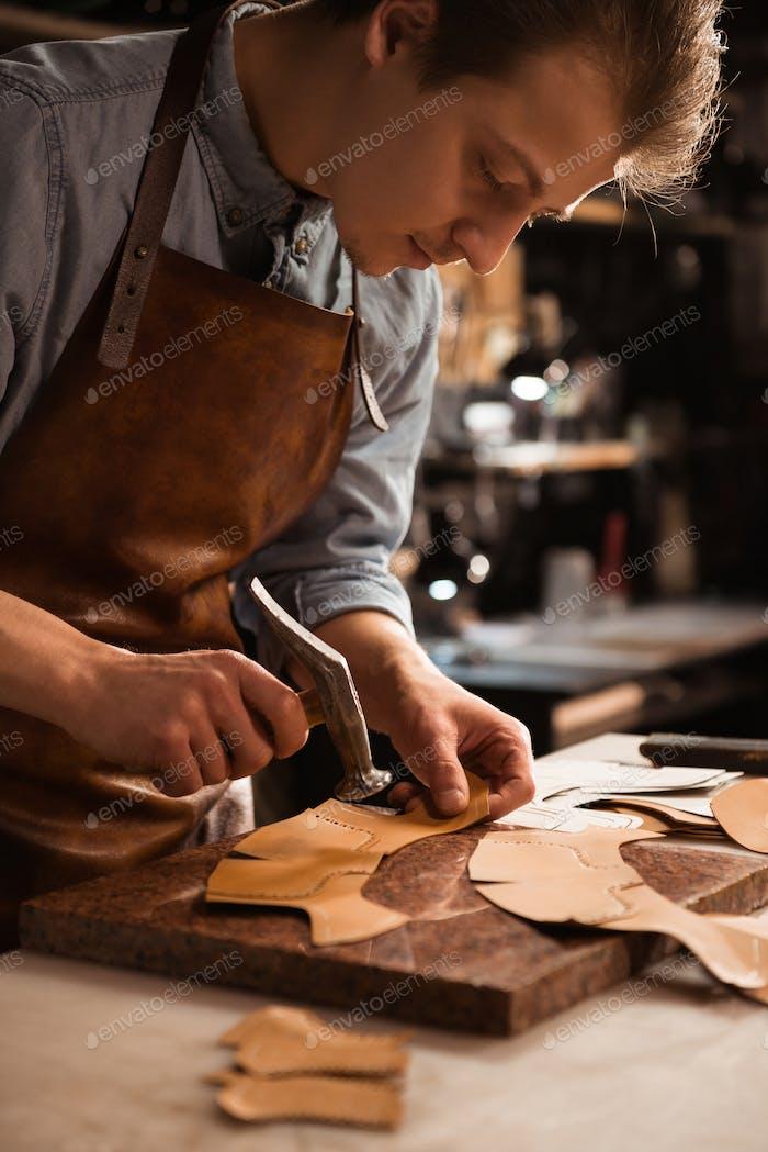 Nahaufnahme eines Schuhmachers Mann arbeitet mit Leder
