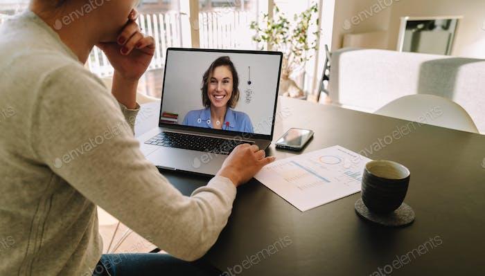 Frau Telekonferenzen mit Kollegin auf Laptop