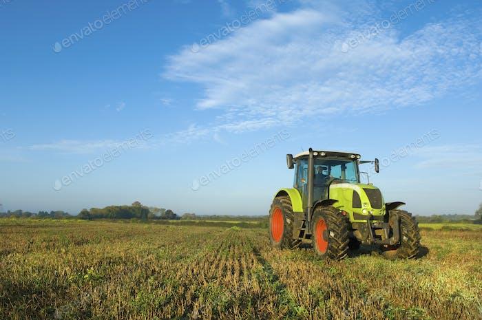 Ein Traktor auf einem Stoppelfeld in Gloucestershire.