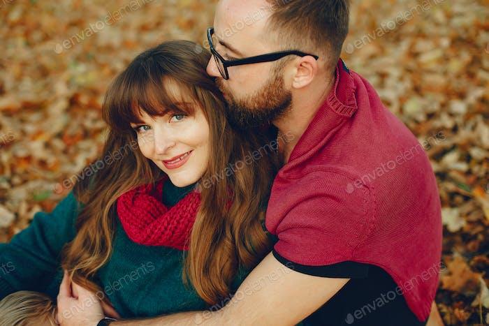 Elegantes Paar verbringen Zeit in einem Herbstpark