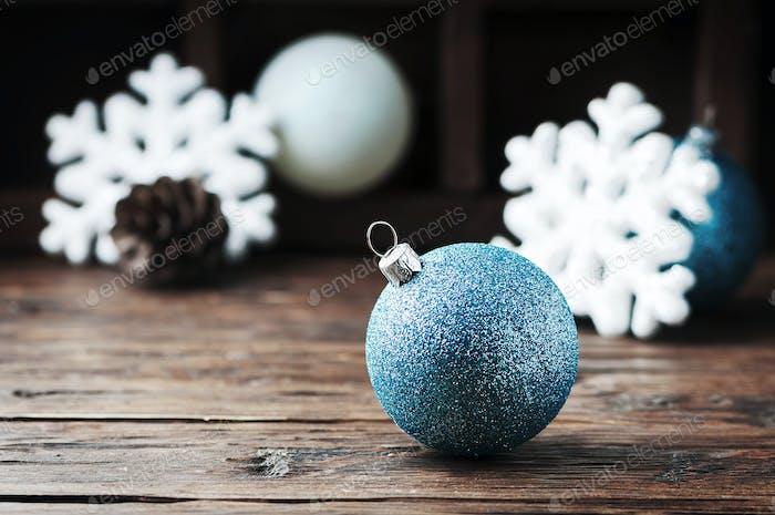 Weihnachtskarte mit Kugeln und Kegel
