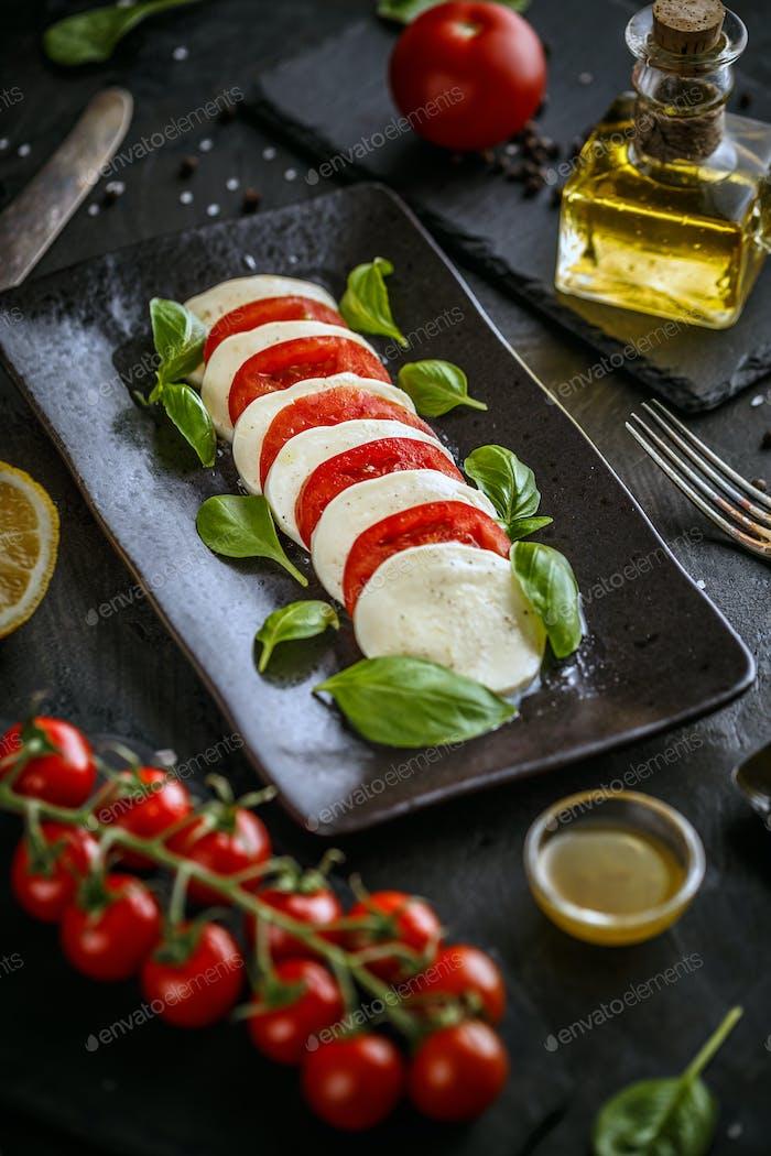 Traditioneller italienischer Tomatensalat-Caprese