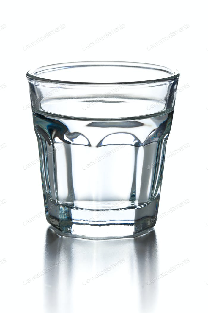 vaso de alcohol transparente