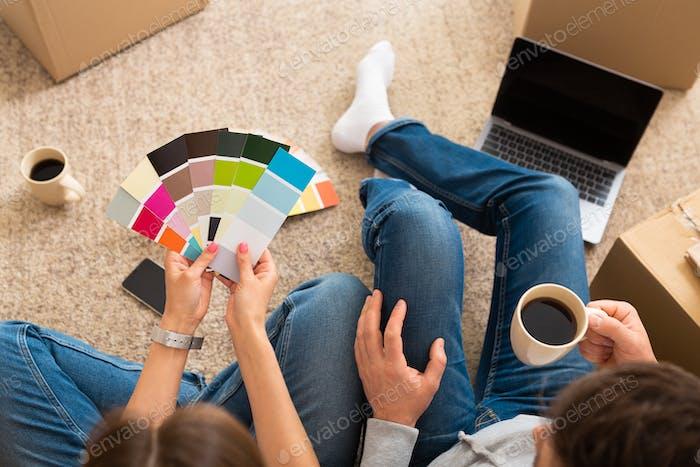 Pareja escogiendo el color de la pintura para su nuevo hogar