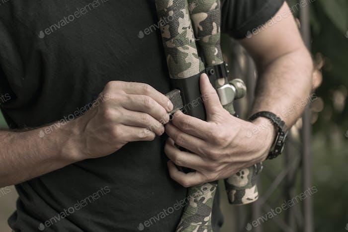 Hunter lädt seine Waffe