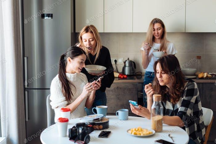 Gruppe von Frauen in der Küche