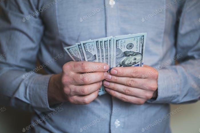 Geschäftsmann hält Geld in seinen Händen