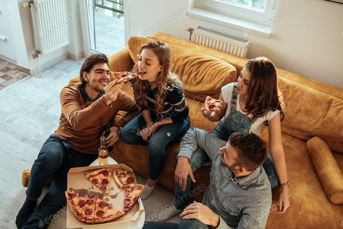Pizza mit Crew genießen