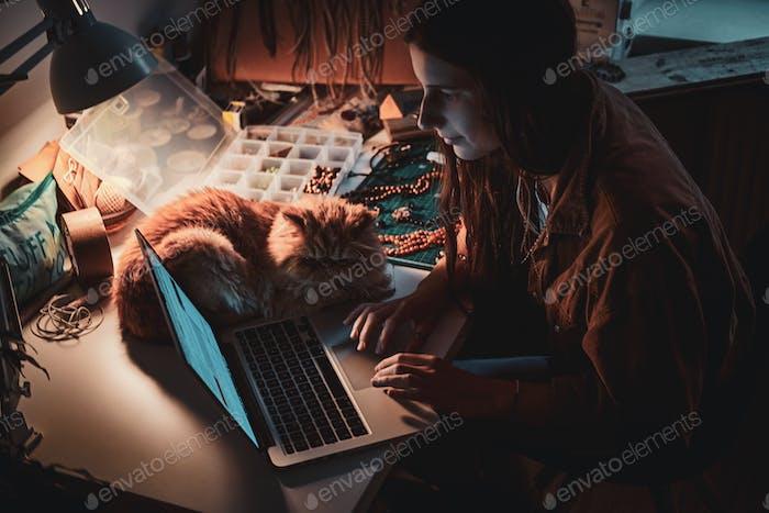 Beschäftigte Mädchen und ihre flauschige Katze