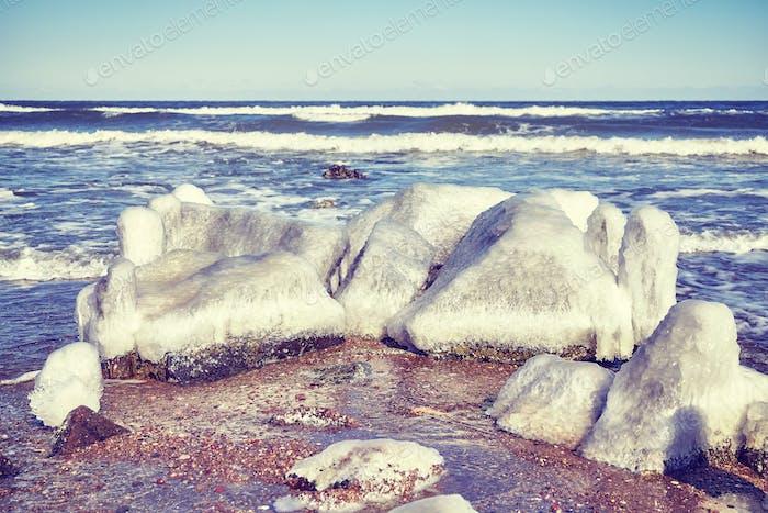 Gefrorene Felsen am Strand, selektiver Fokus