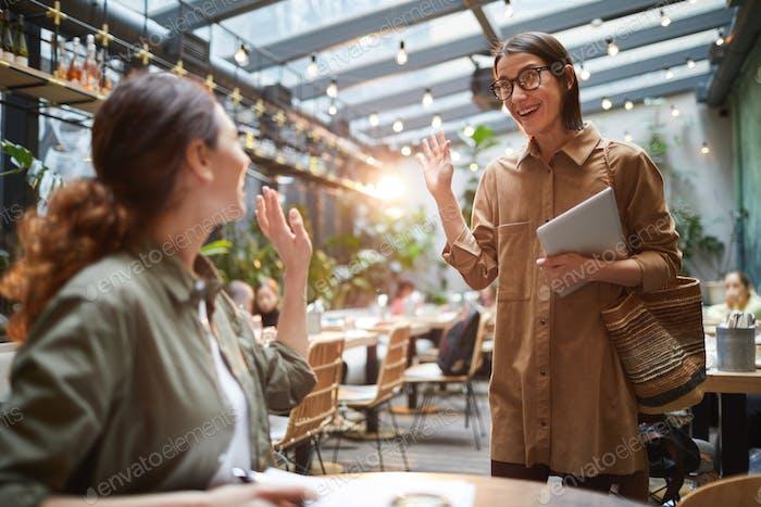 Junge Frauen Treffen im Café