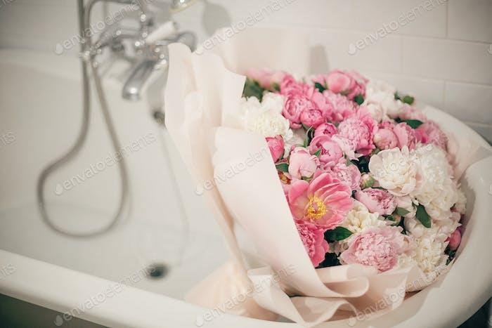 Große stilvolle Pfingstrose Bouquet in Badewanne