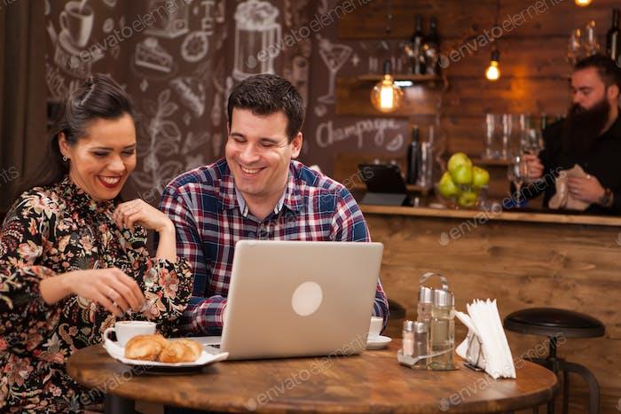 Attraktives Paar bei einem Geschäftstreffen im Restaurant disucssing Arbeitsmomente zur Mittagszeit