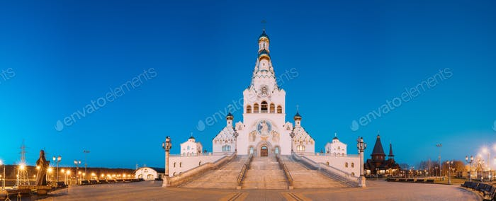 Minsk, Weißrussland. Nachtansicht von Allerheiligen Kirche. Minsker Gedenkstätte