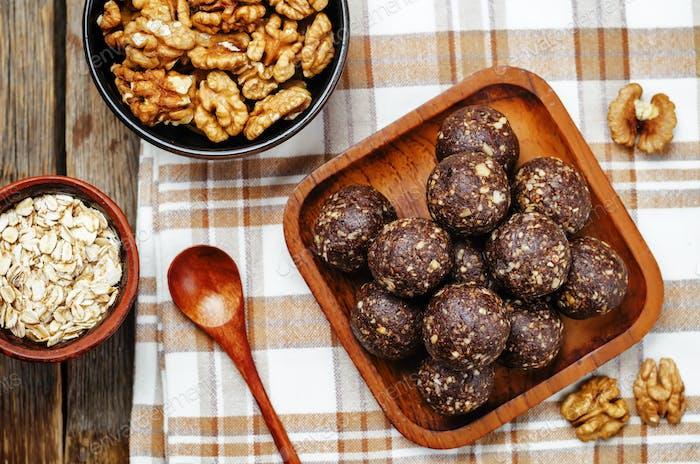 Datteln Kakao Kokosnuss Hafer Walnüsse roh vegane Kugeln
