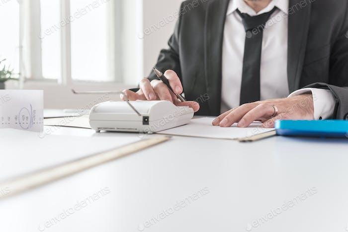 Asesor financiero que trabaja en un informe