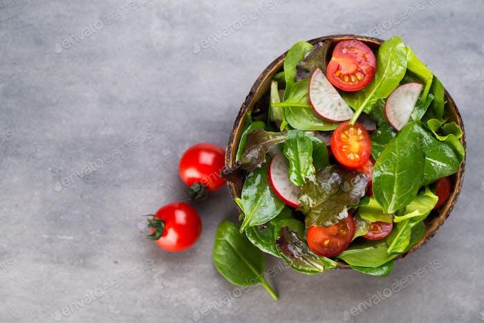 Frischer Salat mit Babyspinat und Tomaten, Rettich und Salat.