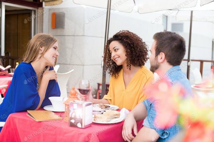 Freunde draußen im Café