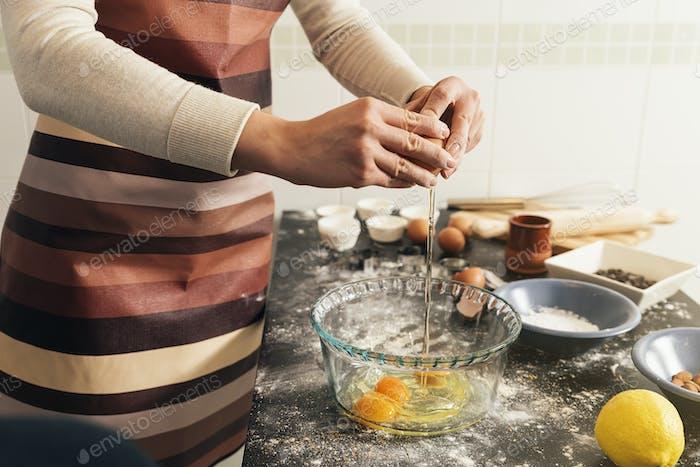 Schöne Frau Vorbereitung Kekse Und Muffins
