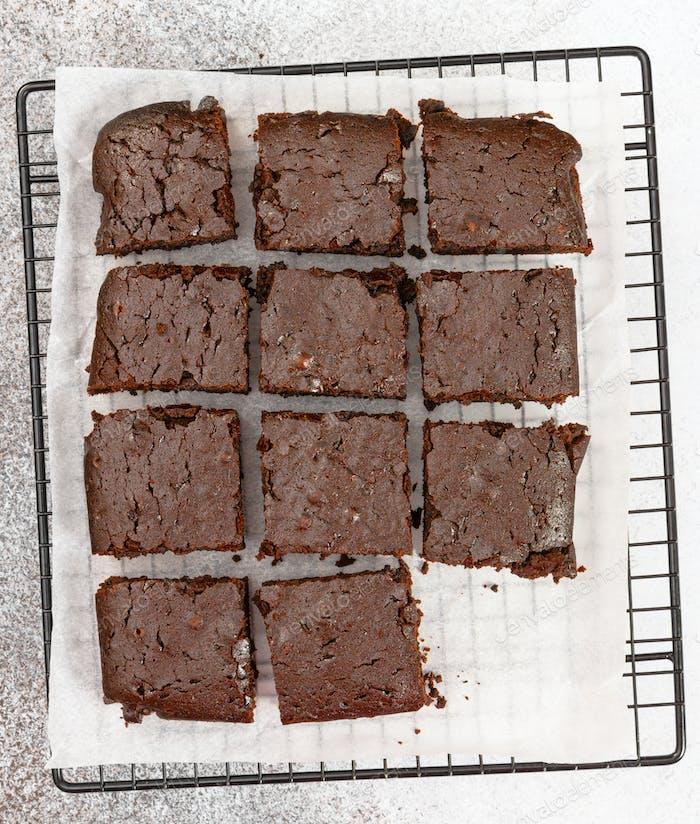 Schokoladen-Brownie-Kuchen auf grauem Stein Hintergrund.