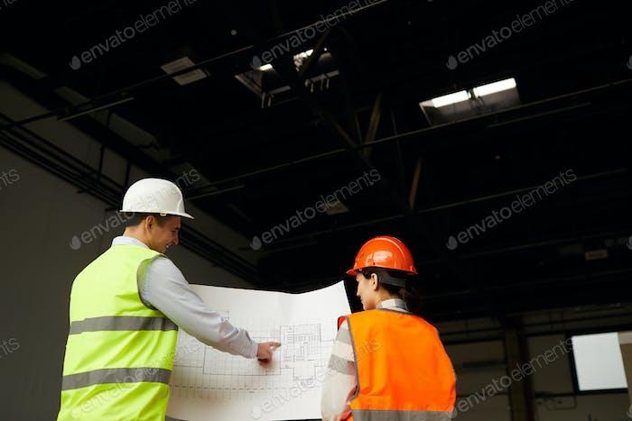 Ingenieure prüfen Bauvorhaben