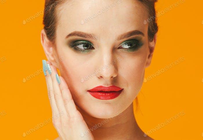 Farbe Make-up Frau glücklich gelbe Schönheit Hintergrund Gesicht weibliches Modell
