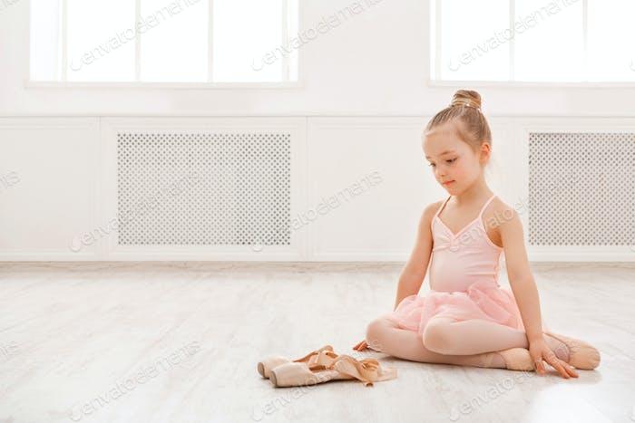 Kleines Mädchen Blick auf pointe Schuhe, Kopie Raum