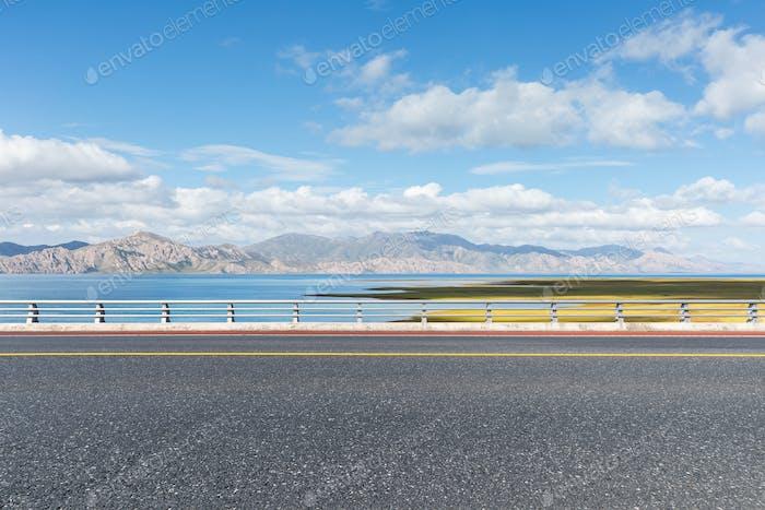 Autobahn und schöne Naturlandschaft