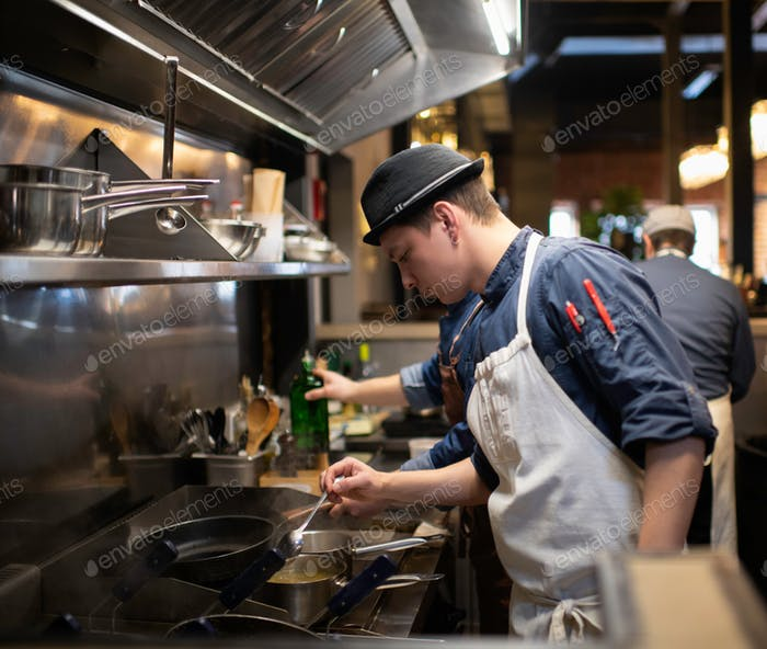 Chef trabajando en la cocina en el restaurante