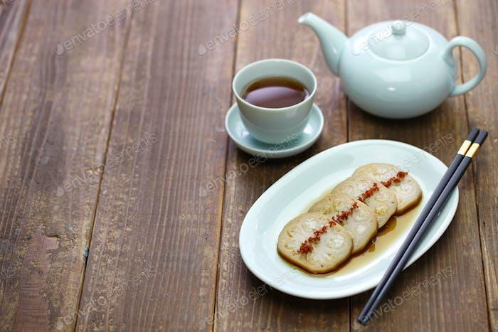 Osmanthus aromatisiert, gefüllte Lotuswurzel mit Klebreis, chinesisches Essen