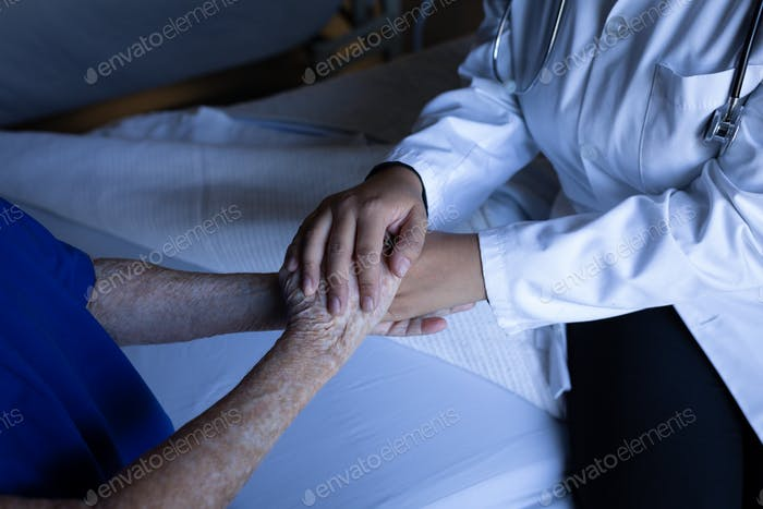 Weibliche Patientin Hand des Arztes im Krankenhauszimmer